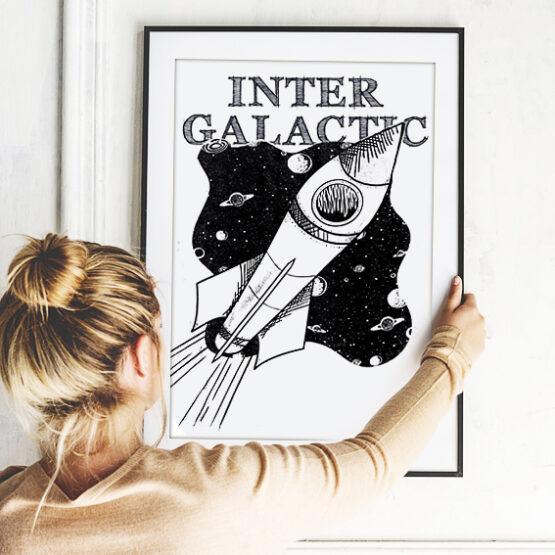 """Lichtbeständiger Druck """"Rocket"""" mit Pigmenttinten auf warmweißen, matt gestrichenem Lithopapier (235 gramm) im schwarzen Rahmen*."""